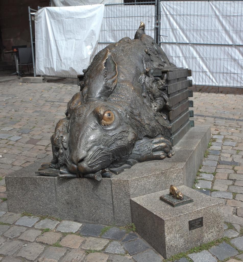 Die bronzene Hasenskulptur in Nürnberg