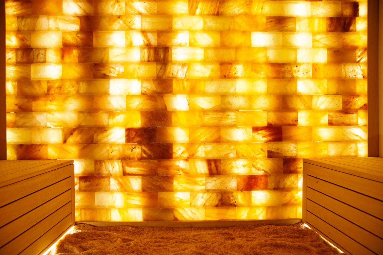 Die Salzsteine in der Grotte sorgen nicht nur für gute Luft, sondern auch harmonische Lichteffekte