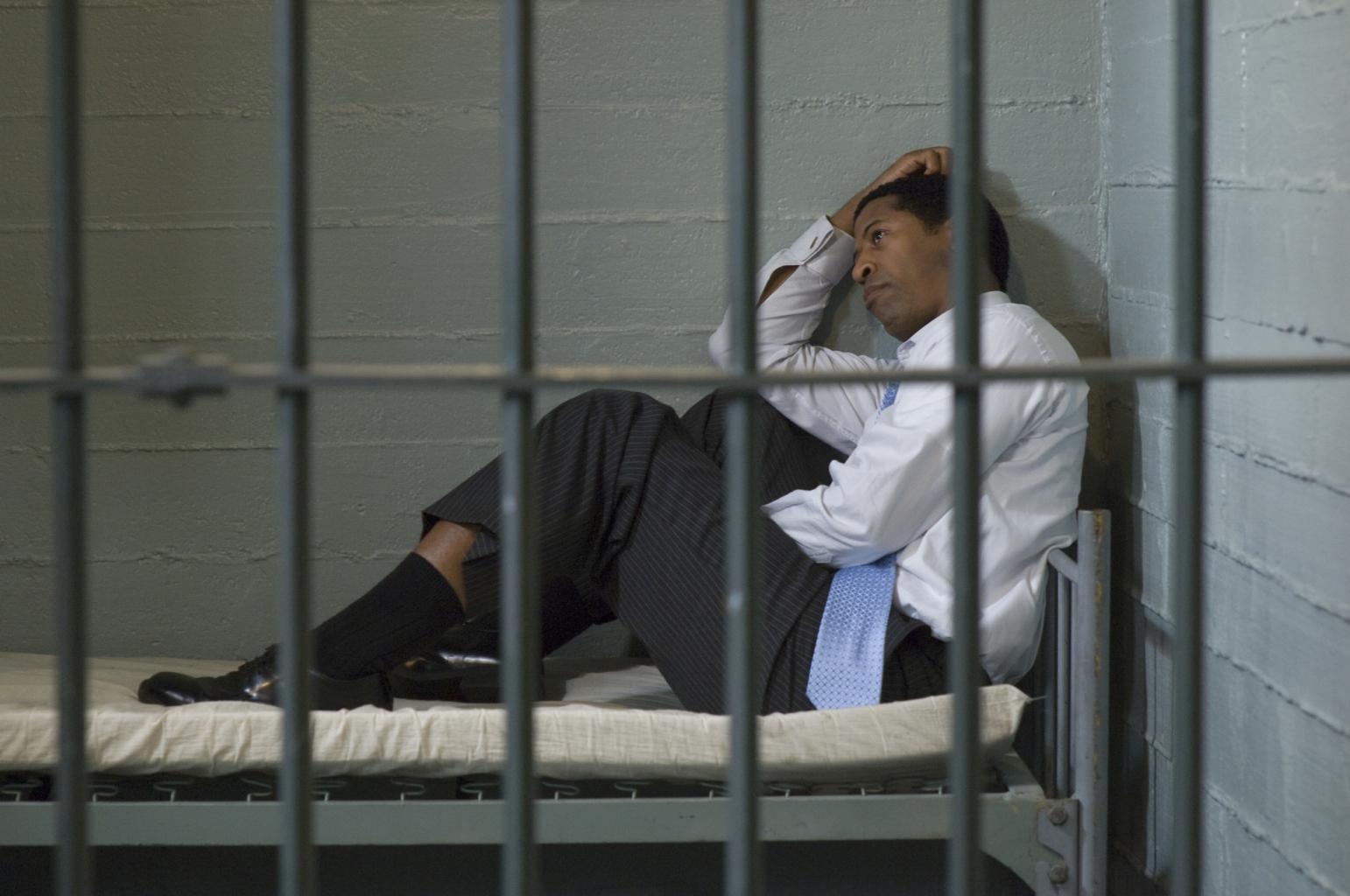 Der Mörder wird im Gefängnis für lange Zeit eingesperrt