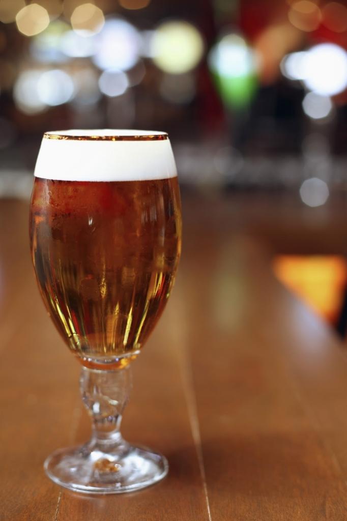 Braut beim Junggesellenabschied das Bier für die Hochzeit.