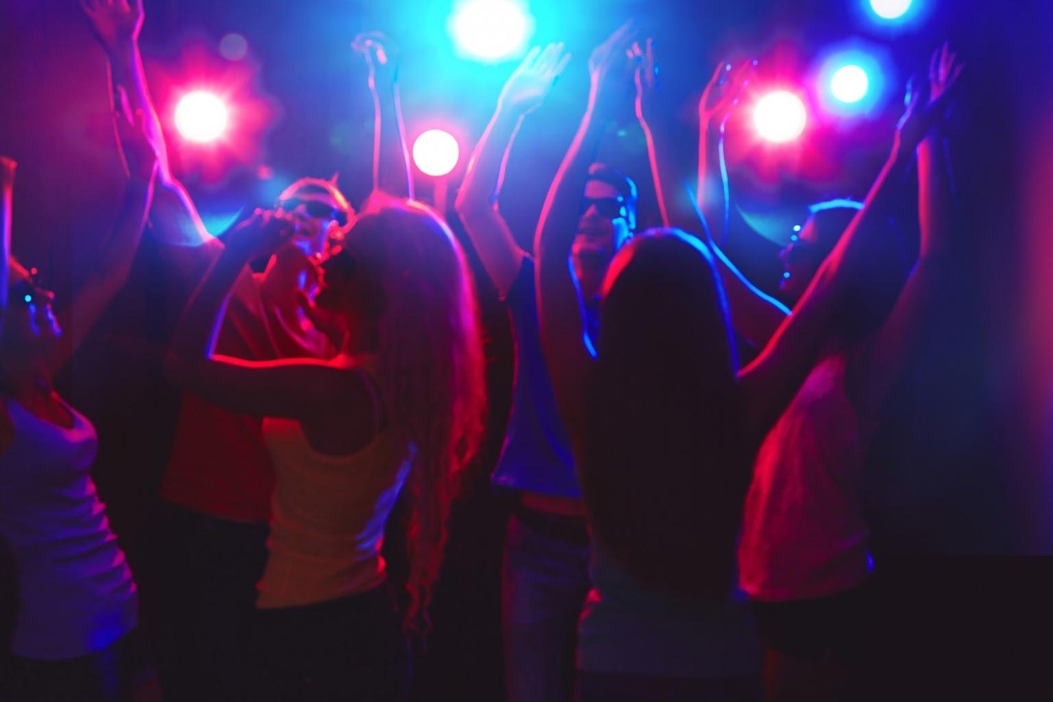 In Bayern ist auf Halloweenpartys um 2:00 Uhr Schluss mit Tanzen.