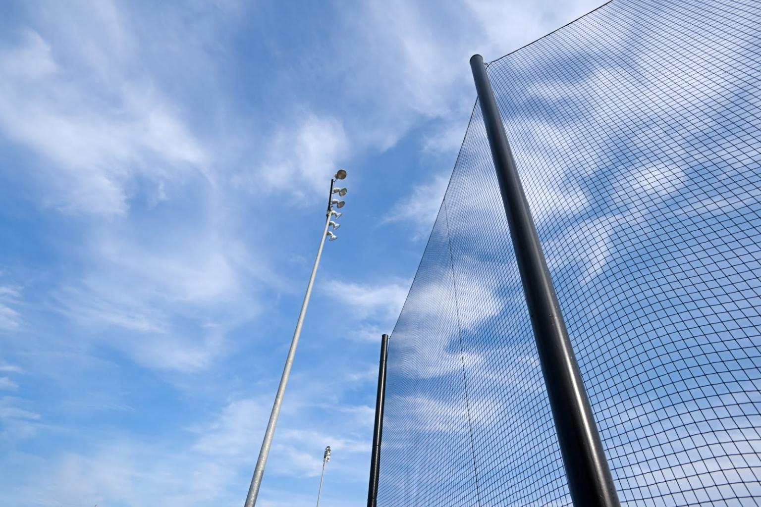 Das Rätsel um die Stangen im Netz am Baseballfeld in Nürnberg wurde gelöst