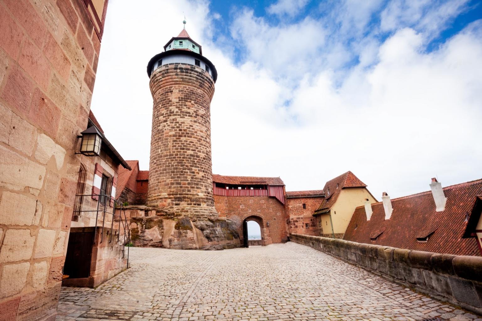 Es ist ein Rätsel, wie die Stimmen in den tiefen Brunnen in der Kaiserburg Nürnberg kommen.